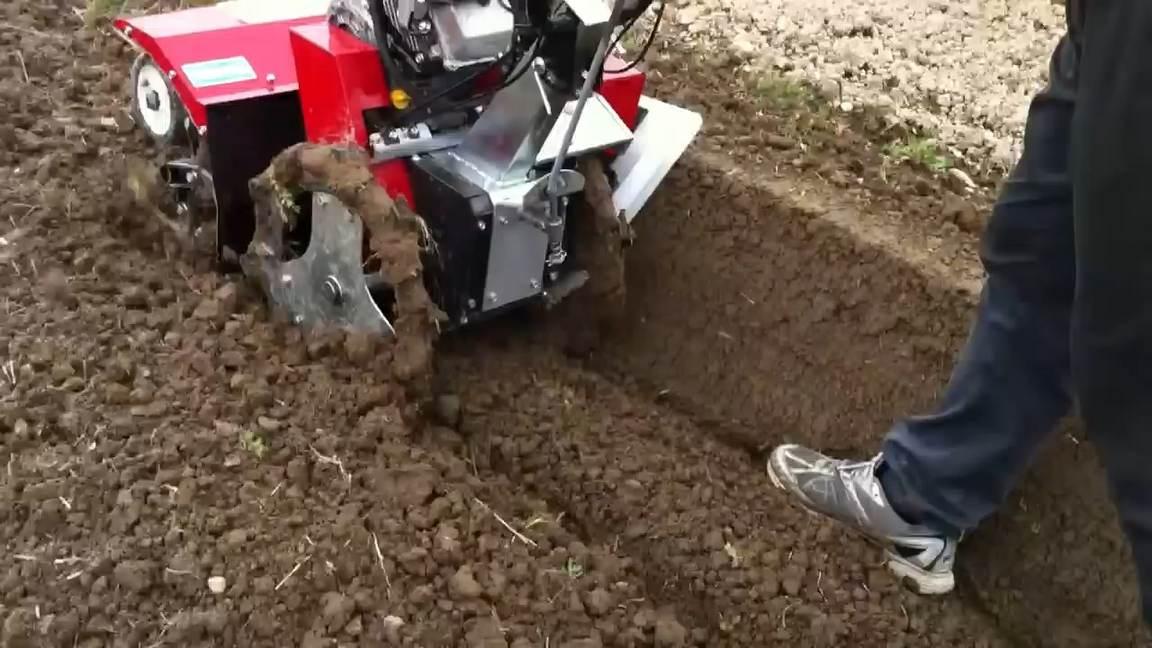 máy làm đất thực hiện chức năng làm bờ